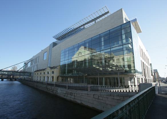 Im neuen Theater spiegelt sich die Silhouette des alten MariinskyPhoto N. Razina