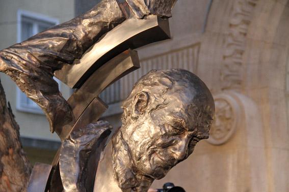 Das Solti-Monument vor der Liszt-Akademie (Detail) Photo: Remy Franck