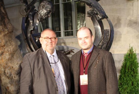 Remy Franck und  Pierre-Jean Tribot (ResMusica / ICMA) vor dem Monument Photo: Bernadette Beyne