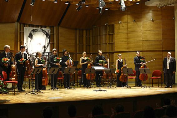 Acht Cellisten mit Komponist (c) Bruno Fidrych