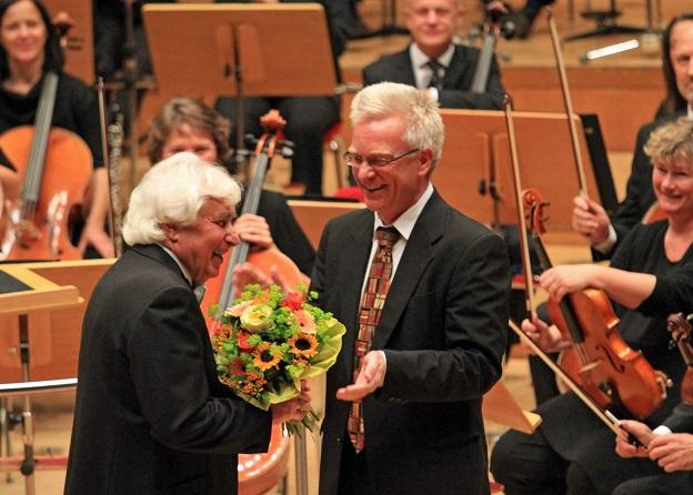Orchestervorstand Georg Heimbach bedankt sich bei Dmitrij Kitajenko für die 30-jährige künstlerische Zusammernarbeit (c) Remy Franck