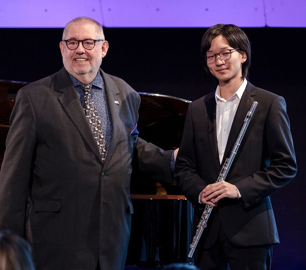 ICMA President Remy Franck, congratulating Discovery Award winner Yuan Yu( c) Andreas Domjanic